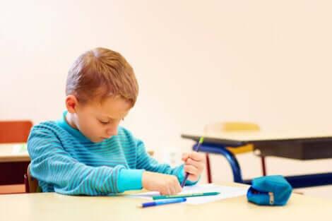 Bambino che disegna con le matite.