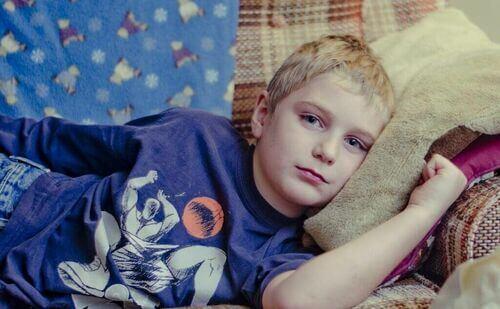 Bambino triste sul divano.