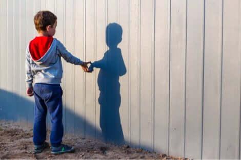 Bambino che osserva la sua ombra.