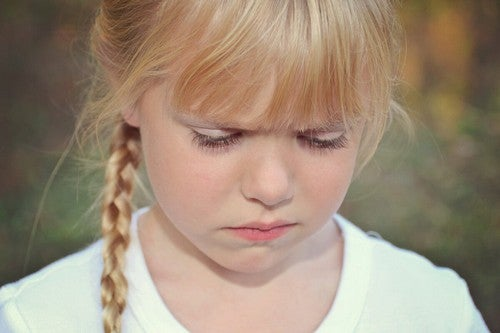 Bambina corrucciata e sul punto di piangere.