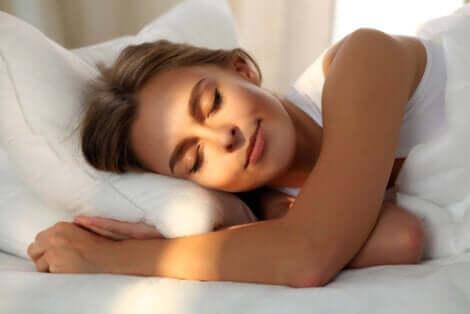 Donna addormentata con il sole sul viso.
