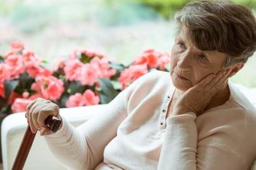 Donna anziana assorta nei suoi pensieri.