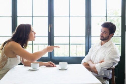 Donna che litiga con il marito.
