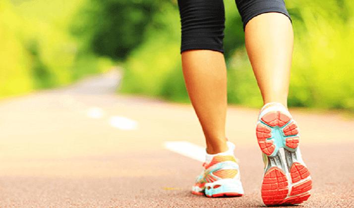 Donna fa sport con scarpe da ginnastica.