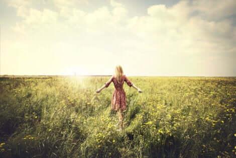 Donna in mezzo a un campo.