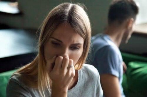 Donna preoccupata dopo un litigio con il partner.