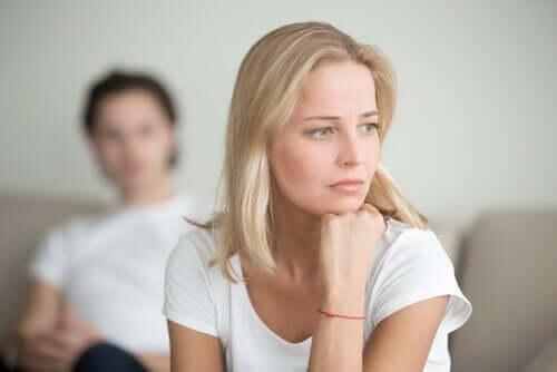 Donna pensierosa dopo una discussione col compagno.