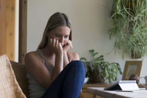 Donna triste e pensierosa dopo la separazione dal partner.