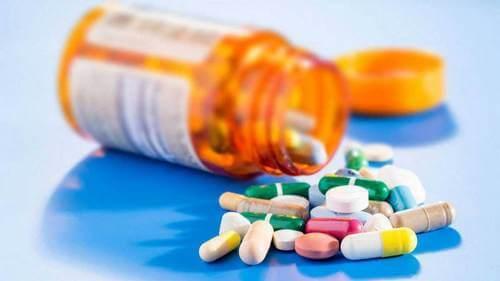 Flacone di pillole e acatisia.