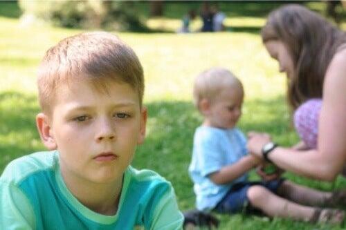 Bambino geloso del fratello più piccolo.