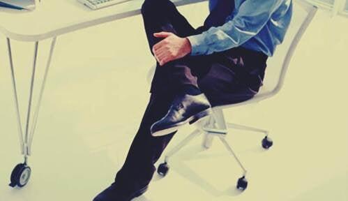 Gambe di un uomo in ufficio.