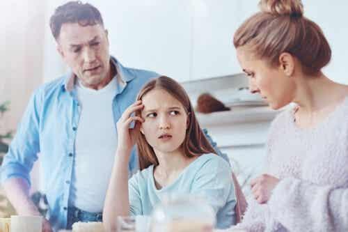 Famiglie iperprotettive che non mostrano affetto