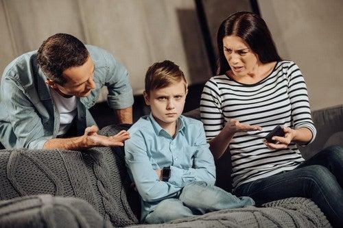 Genitori arrabbiati per i comportamenti disfunzionali del bambino.