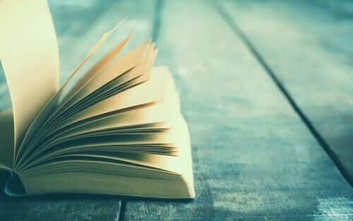 Libro aperto su un tavolo di legno.