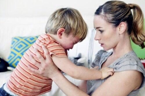 Madre con bambino che fa i capricci.