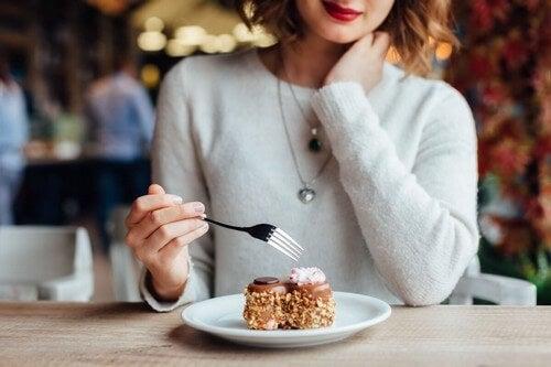 Donna che mangia un dolce.