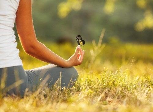 Meditare all'aperto in mezzo alla natura.