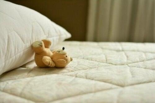 Orsetto su un letto.