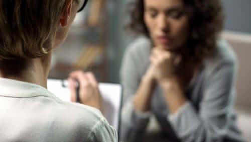 Donna che parla con la psicologa durante una seduta.
