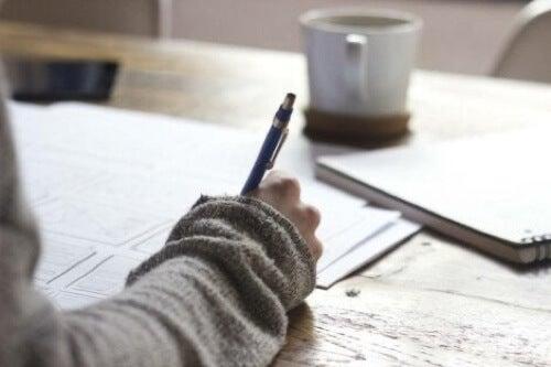 Ragazza che lavora e scrive.