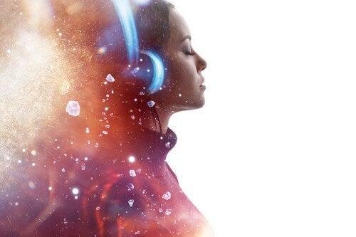 Ragazza con cuffie ascolta musica rilassante.