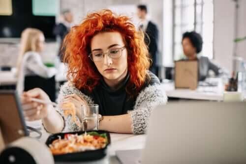 Mangiare per noia: perché lo facciamo?