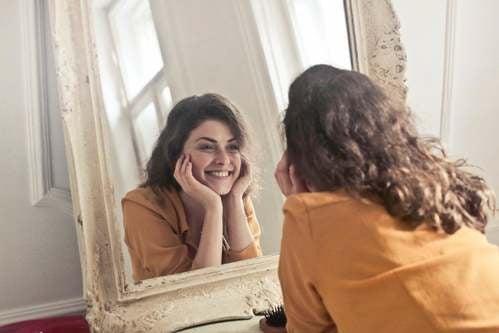 Ragazza che si guarda allo specchio.