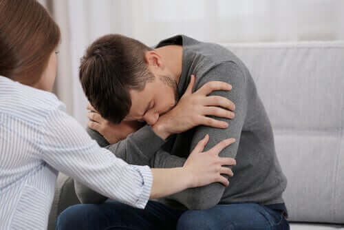 Donna che consola il compagno dopo una discussione.