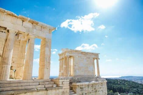 Templi greci illuminati dal sole ad Atene.