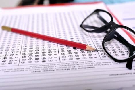 Test, occhiali e matita.