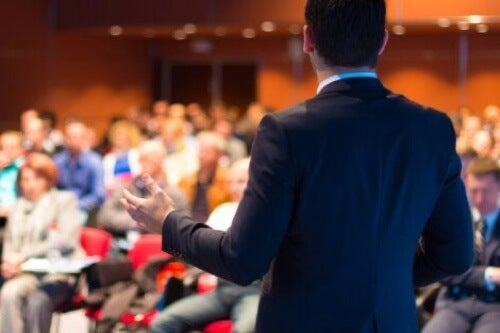 Uomo che parla a una conferenza.