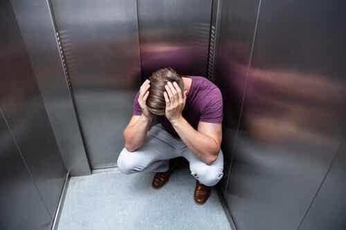 Fobia dell'ascensore: cause e sintomi