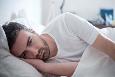Autostima e HIV, uomo triste a letto.