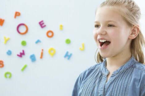 Bambina fa esercizi orali per migliorare il linguaggio.