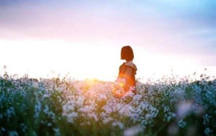 Bambina in un campo fiorito.