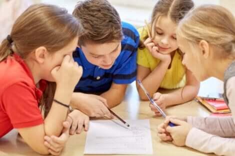 Bambini che studiano in gruppo.