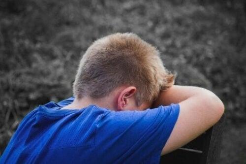 Bambino che piange perché affetto dalla sindrome di Klinefelter.