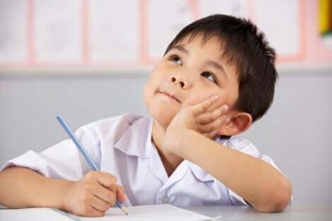 Bambino pensieroso in classe.