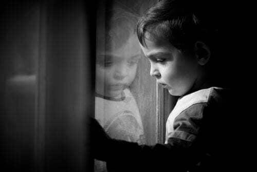 Bambino triste e solo.