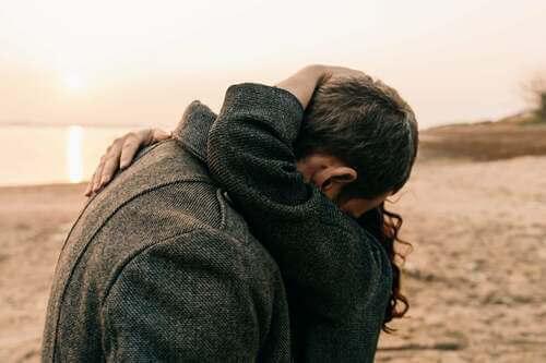 Coppia abbracciata.