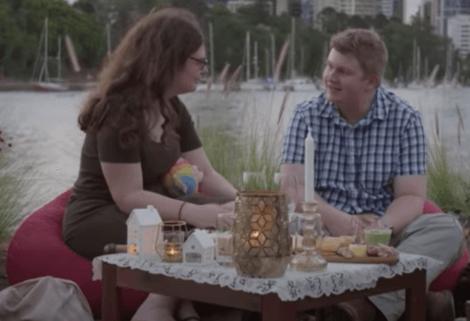 Coppia in un ristorante sul lungo fiume.