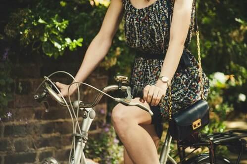 Donna in bicicletta.