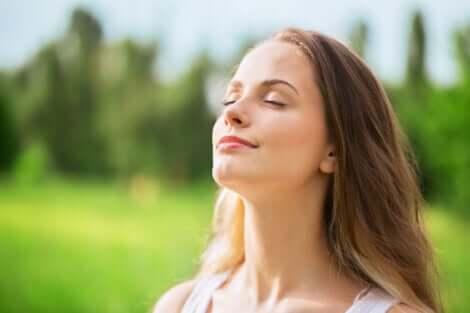 Donna che inspira all'aria aperta.
