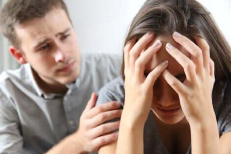 Donna offesa viene consolata dal partner.