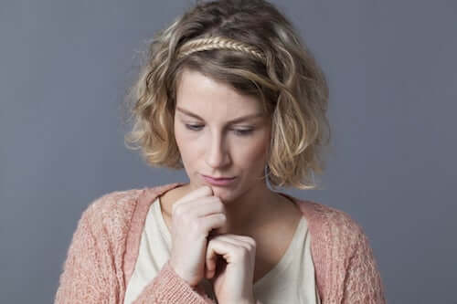 Donna timida assorta nei suoi pensieri.