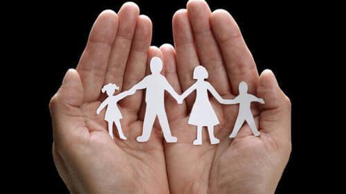 Figurine che rappresentano una famiglia.