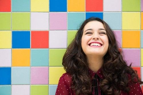 Donna sorridente su mattonelle colorate.