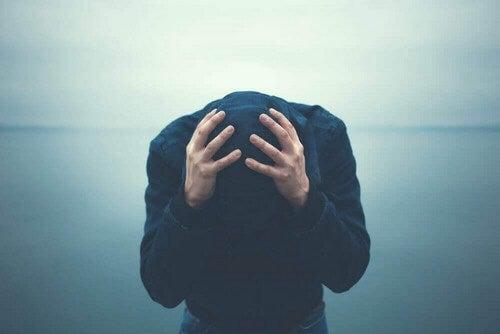 Uomo disperato con il disturbo bipolare.