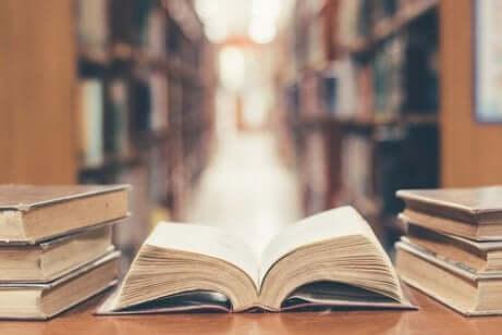 Libro aperto sul tavolo della biblioteca.