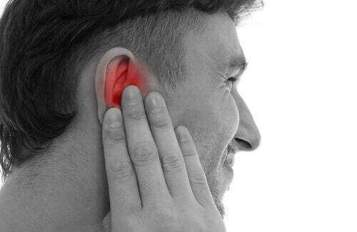 Uomo che soffre di mal d'orecchio.